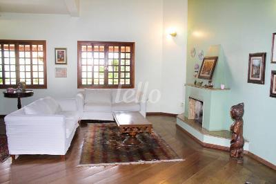 SALA COM LAREIRA - Casa 4 Dormitórios