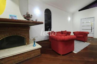 SALA COM LAREIRA - Casa 6 Dormitórios