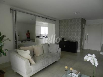 AMBIENTE DA SALA COM ACESSO PELA PORTA DE CORRER DE VIDRO - Apartamento 6 Dormitórios